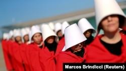 """Aktivistkinje obučene kao likovi serije """"The Handmaid's Tale"""" tokom demonstracija za legalizaciju abortusa u Argentin."""