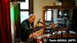 Vedat Sakman dobos Isztambulban gyakorol 2021. június 9-én