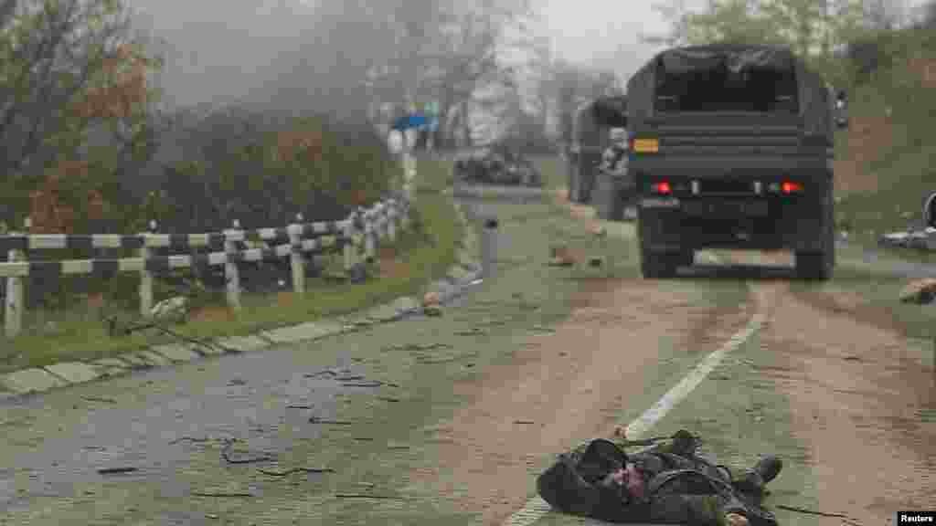 Тело лежит на дороге недалеко от города Шуша. Фотографии в этой галерее сняты с колонны российских миротворцев, проезжающей мимо города 13 ноября