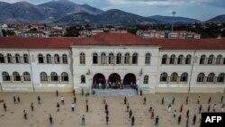 Студенты в Греции соблюдают социальную дистанцию во время церемонии по случаю начала нового семестра 14 сентября
