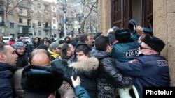 Фотографија од денешниот упад на демонстрантите во зградата на Ерменската влада