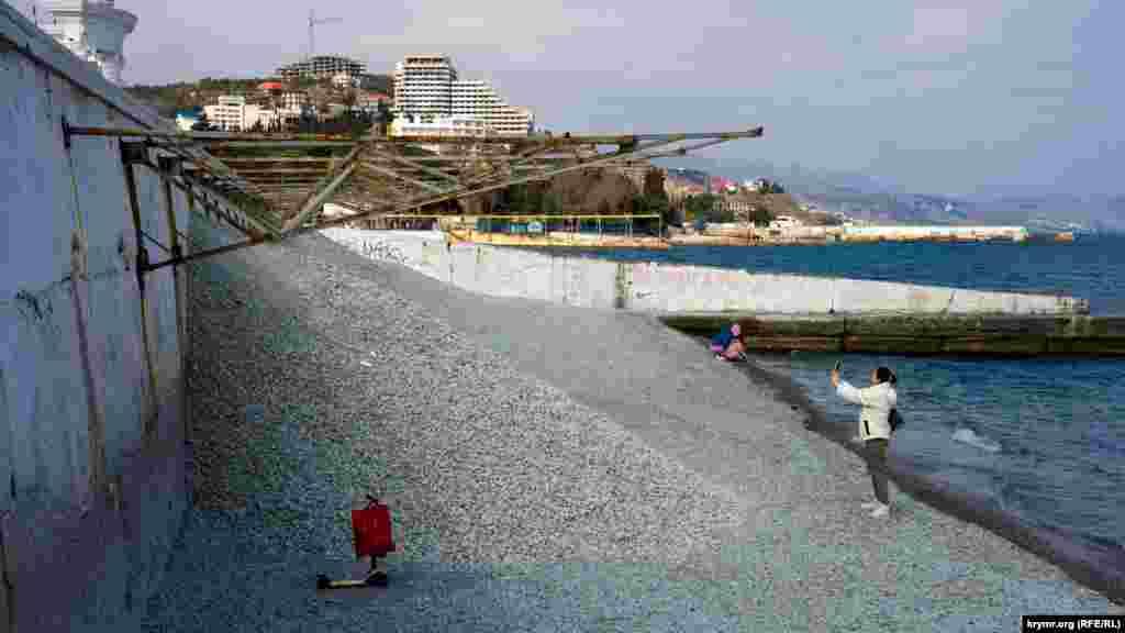 На найближчій до ротонди пляжній «карті» буквально напередодні вивантажили кілька самоскидів звичайного щебеню