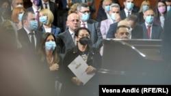 Gordana Čomić (u sredini sa crnom maskom na licu), ministarka za ljudska prava, prilikom polaganja zakletve članova nove Vlade Srbije, 28. oktobra 2020. LGBT polaže nadu da će Čomićeva istrajati i da će se Nacrt zakona o istopolnom partnerstvu do proleća naći pred poslanicima.