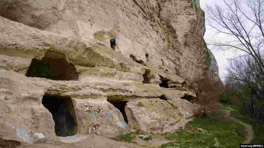 Під найбільшим гротом у кілька ярусів розташовувалися келії ченців і господарські приміщення. Всього в печерному місті п'ять подібних гротів