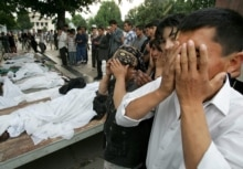 Uzbekistan - Andijon - People pray in front of the bodies of victims of the government crackdown in Andijon, 14May2005