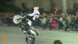 Cris Pfaiffer motosikletdə Azərbaycan milli rəqsini oynayır