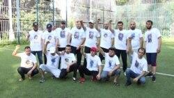 Таджикистанцы играют в Москве в футбол, чтобы поддержать арестованных на родине