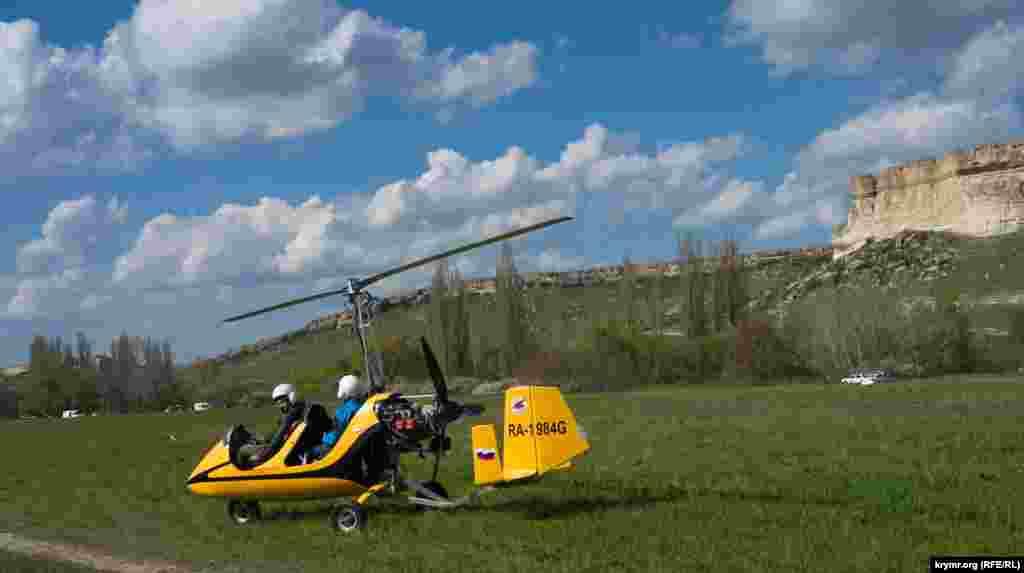 Были в тот день любители полетов (в качестве пассажира) над Белой скалой и на гироплане (сами пилоты называют свой летательный аппарат автожиром)