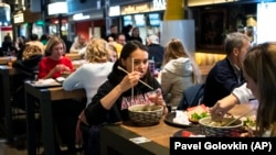 Despite the coronavirus, places like the Depo Food Mall in Moscow remain packed with customers. Experts point to a widespread distrust in official guidance as one factor for such behavior.
