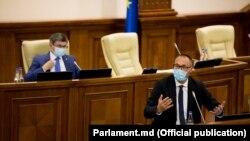 Ministrul Justiției, Sergiu Litvinenco, prezintă în Parlament modificările la legile procuraturii, în spate - președintele Parlamentului, Igor Grosu, Chișinău, 13 august 2021.