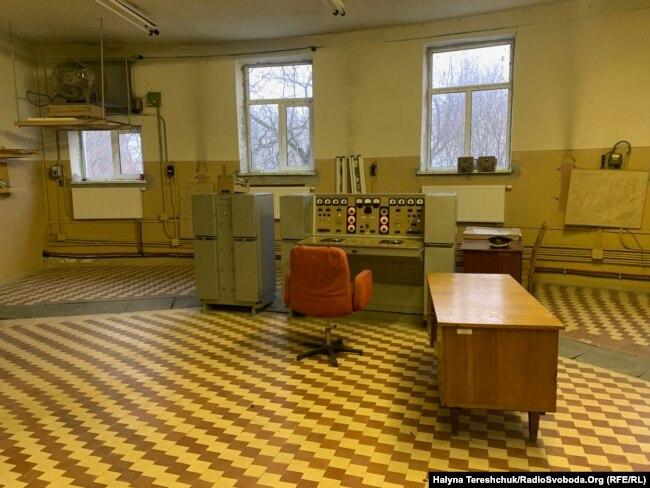 Стара апаратура займала б таких дві кімнати замість однієї шафи
