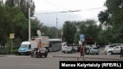 Микроавтобус полиции недалеко от входа в Центральный парк отдыха в Алматы. 1 мая 2021 года.