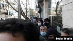 شماری از افغانهای مقیم ایران در اعتراض به مسدود شدن حساب بانکی خود در بانک صادرات، مقابل شعب این بانک تجمع کردند
