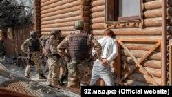 Співробітники російської поліції під час затримання підозрюваних