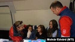 Szerbiában tart foglalkozást a Máltai Szeretetszolgálat menedékkérő gyerekeknek, 2017. április 8-án