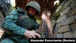 Az önhatalmúlag kikiáltott Luhanszki Népköztársaság egyik katonája a frontvonalon 2021. július 16-án