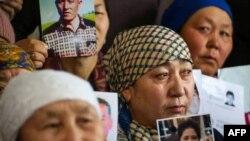 Родственники пропавших или задержанных в Синьцзяне этнических казахов во время пресс-конференции в офисе «Атажурта». 21 января 2019 года.