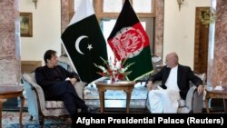Afghan President Ashraf Ghani (right) and Pakistani Prime Minister Imran Khan discussed bilateral relations during a meeting at the presidential palace in Kabul on November 19.