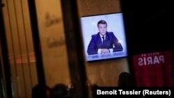 Посетители в парижки ресторант гледат изявлението на президента Еманюел Макрон в сряда вечерта, 28 октомври 2020 г.