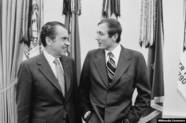 Ричард Никсон и Евгений Евтушенко. Овальный кабинет Белого дома. 3 февраля 1972 года. Фото Оливера Ф. Аткинса.