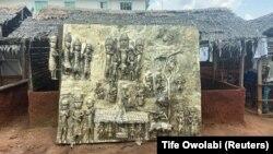 Egy újonnan készült bronztábla, amely a nyugat-afrikai Benin királyság történelmi eseményeit ábrázolja, és amelyet a British Museumnak ajánlottak fel ajándékba a nigériai Beninben 2021. július 31-én