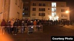 Câteva sute de oameni stau la coadă la secția de vot din Kassel, Germania, în dimineața turul al doilea al alegerilor
