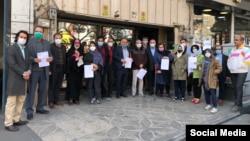 عکس دستهجمعی فعالان سیاس و مدنی که اقدام به ثبت دادخواستی علیه «سلول انفرادی» کردهاند.