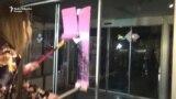 Protest u Beogradu: Vrata RTS-a ofarbana u pink boju
