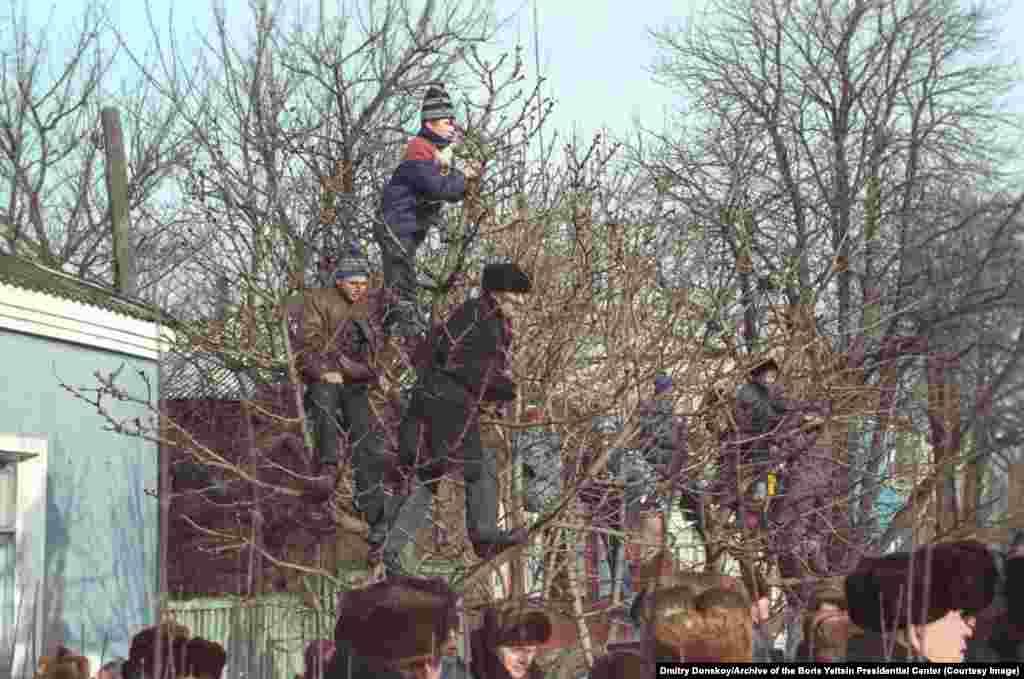 Некоторые зрители с деревьев смотрят выступление Ельцина в Брянской области в январе 1992 года