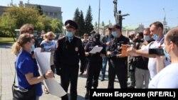 Новосибирск шаарында каршылык акциясына чыккандар менен полиция өкүлдөрү сүйлөшүп жатышат. 2-август, 2020-жыл.