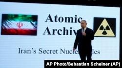 Benjamin Netanjahu izraeli miniszterelnök bizonyítékokat mutat be 2018-ban arról, hogy Irán megszegi az atomalkut