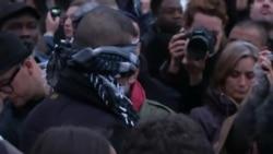 Мусульманин с завязанными глазами обнимает скорбящих в Париже