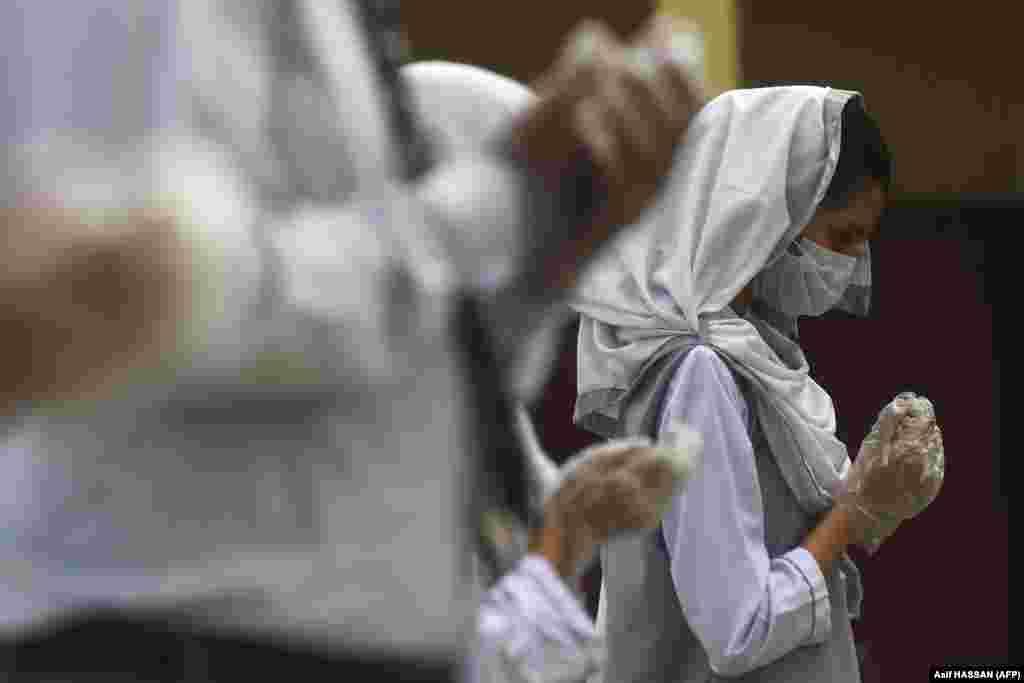Собрание в школе в Карачи (Пакистан), 15 сентября