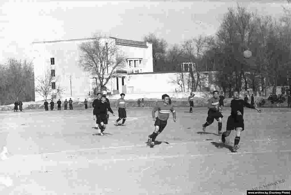 Фрунзе шаарынын жана Ворошилаград шаарынын футбол клубдарынын беттеши. Сүрөт кайсы жылы тартылганы белгисиз. Кыргыз ССРнинде клубдар арасындагы алгачкы чемпионат 1934-жылы өтүп, Фрунзе шаарынын командасы чемпион аталган.