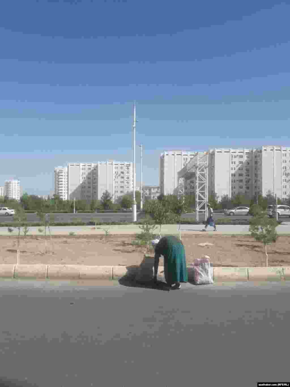 Дворниками в столице Туркменистана работают в основном женщины, которые убирают улицы вручную.