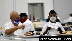 Работники избирательных органов в Детройте (штат Мичиган, США).