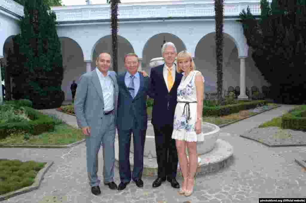В июне 2007 года 42-й президент США Билл Клинтон (1993-2001) стал участником 4-го саммита «Ялтинская европейская стратегия» в Крыму. Рядом с ним на фото: бизнесмен Виктор Пинчук и его жена Елена, второй президент Украины Леонид Кучма