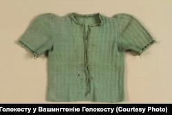 Зелений светрик Кристини Хіґер, який зберігається у Вашингтонському музеї Голокосту