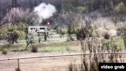 Ракета, випущена з ПТРК, за мить до влучання в будівлю. Скріншот з камери відеоспостереження, встановленої на передовій на Донбасі