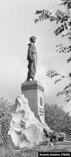Памятник Павлику Морозову работы Петра Сажина