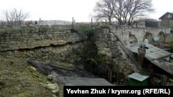 С двух сторон акведук укреплен мощными контрфорсами