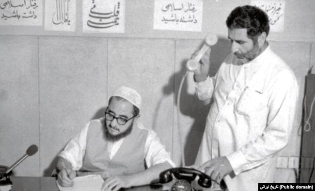 صادق خلخالی که از سوی آیتالله خمینی مأمور صدور احکام اعدام در روزهای اول پس از پیروزی انقلاب ۵۷ بود