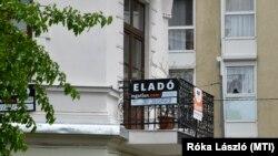 Eladó lakást hirdető felirat egy budapesti erkélyen