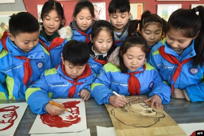 Китайские школьники вырезают из бумаги портреты Мао Цзедуна в преддверии его 127-го дня рождения. 23 декабря 2020 года