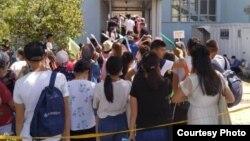 Абитуриенты, стоящие в очереди на подачу документов в Кыргызско-Турецкий университет «Манас». 25 июля 2020 г.