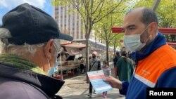 Paris: campanie de informarea despre vaccinarea anti Covid-19 într-o piață ocazională din capitala Franței, 19 aprilie 2021.