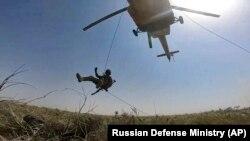 Ми-24 тик учагынан түшүп келе жаткан десант. Термез полигону. Өзбекстан. 5-август, 2021-жыл.