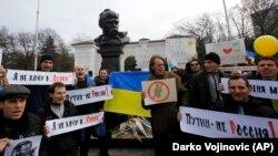 Акция в Крыму возле памятника Тарасу Шевченко в Симферополе против агрессии России в отношении Украины. Симферополь, 9 марта 2014 года