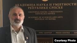 Ćirilica je bila suptilno progonjena, tako što je mistifikovana kao retrogradna, nacionalistička i tako dalje: Miodrag Kojić