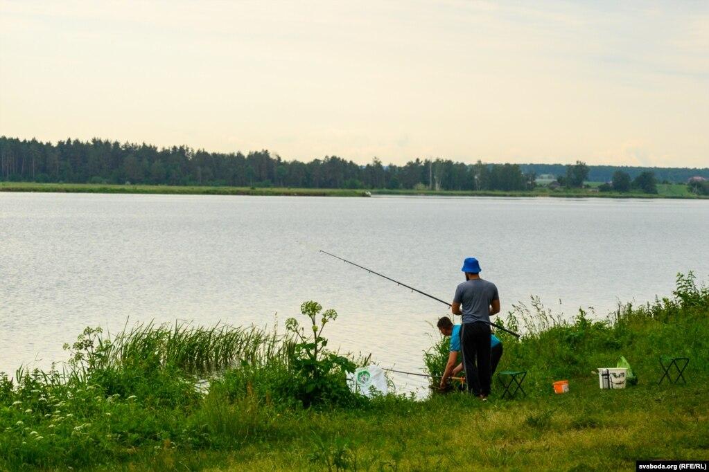В некоторых заводях Котры не видно дохлой рыбы, там удит рыбаки. Около села Силичи